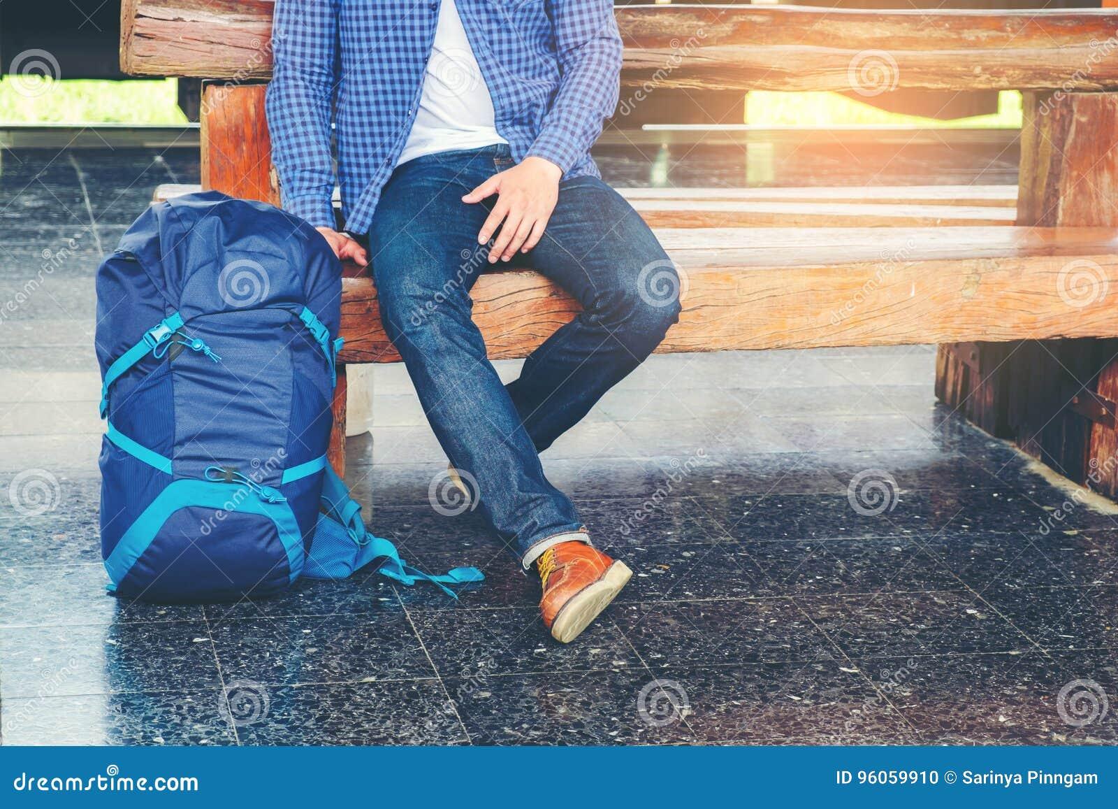 Train d attentes d homme de voyageur sur la plate-forme ferroviaire