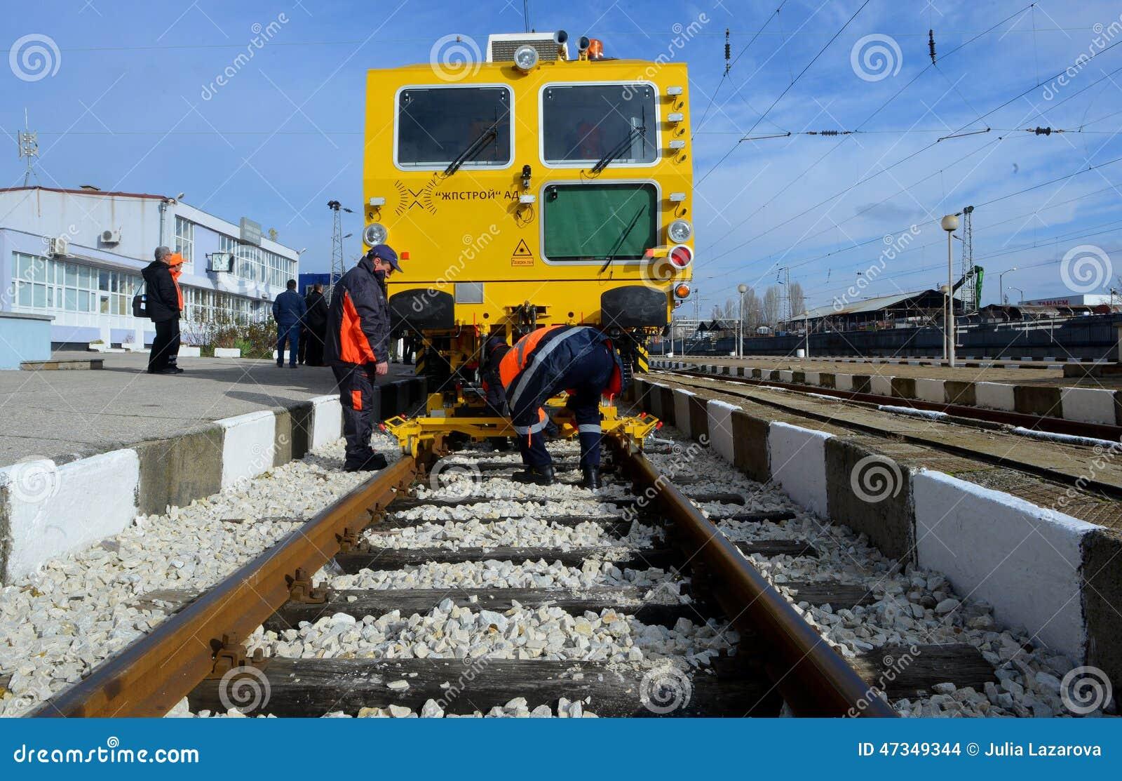 Train de construction de voie sur la gare ferroviaire à Sofia, Bulgarie le 25 novembre 2014