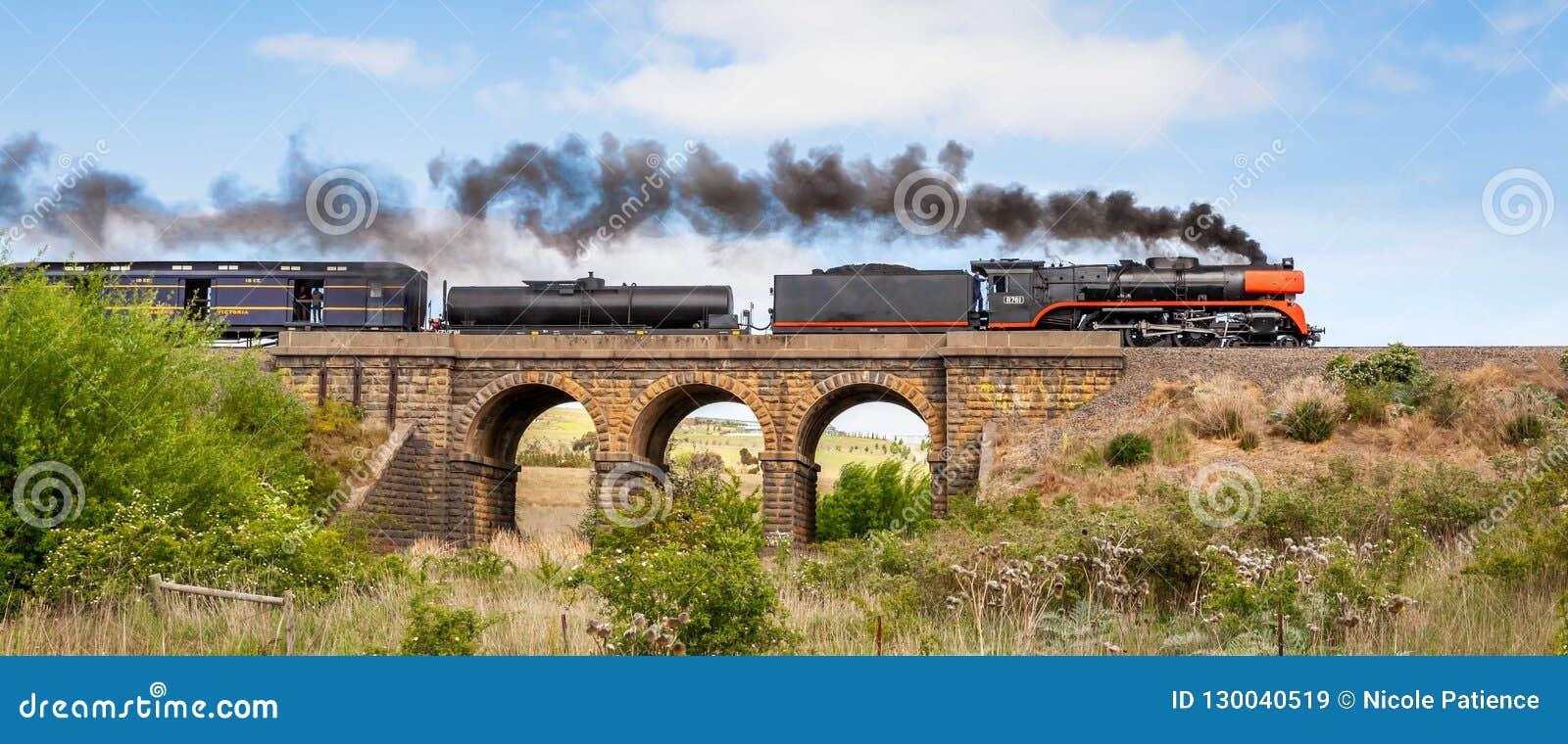 Train de vapeur voyageant au-dessus du vieux pont en bluestone, Sunbury, Victoria, Australie, octobre 2018