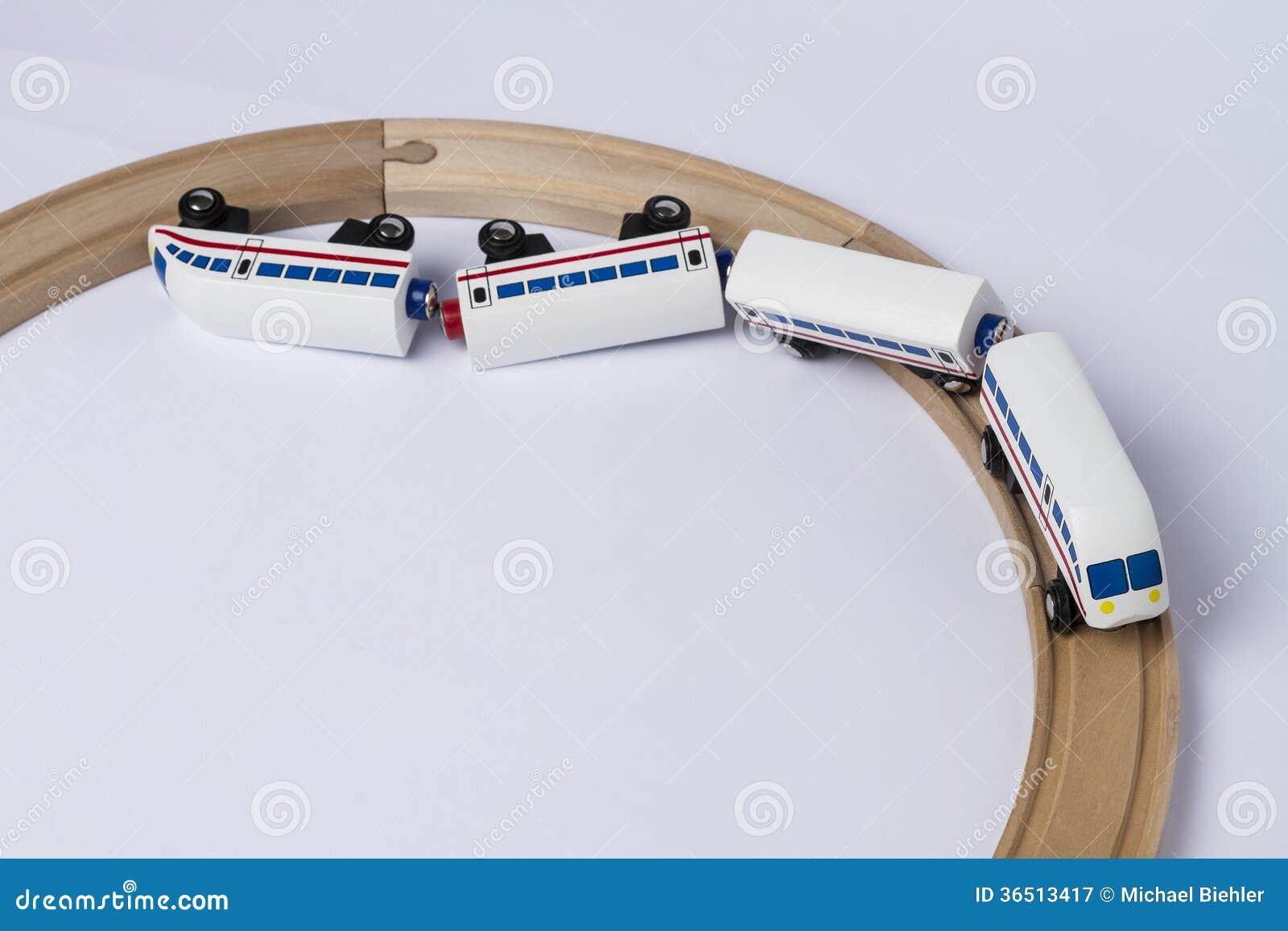 Train en bois écrasé de jouet