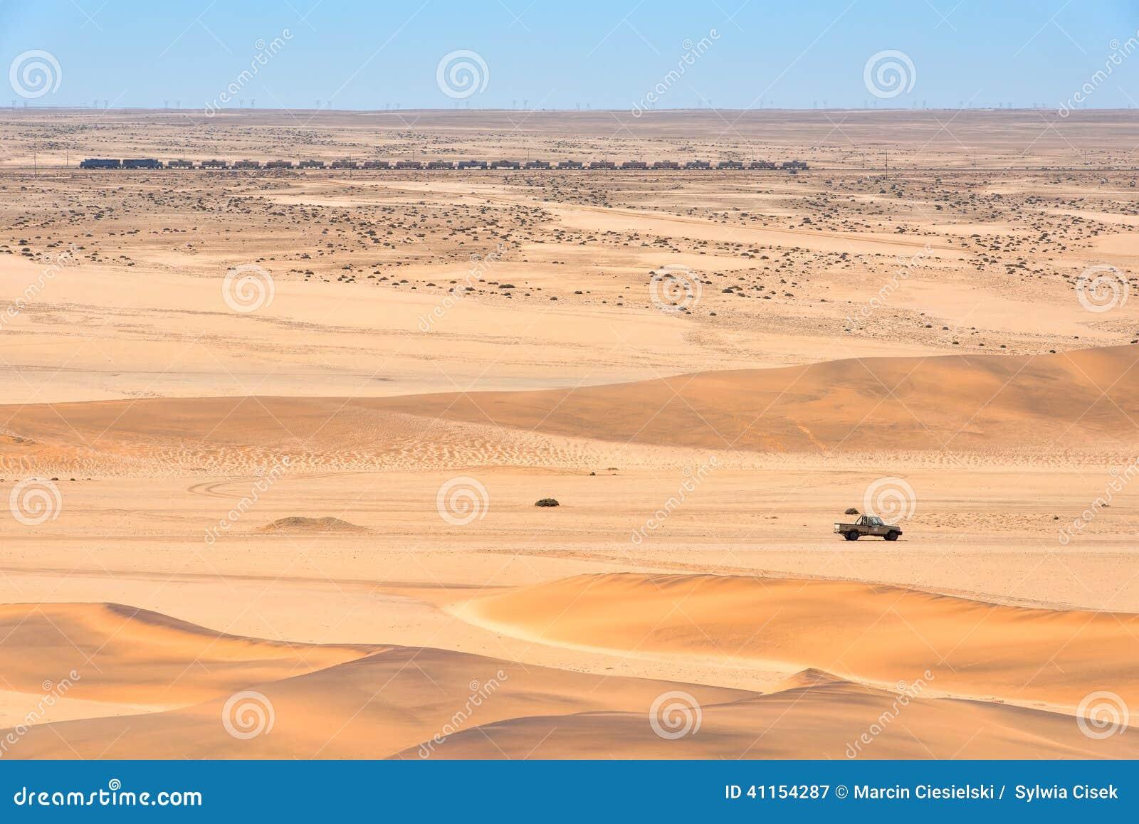 train et voiture dans le d sert en namibie photo stock image 41154287. Black Bedroom Furniture Sets. Home Design Ideas