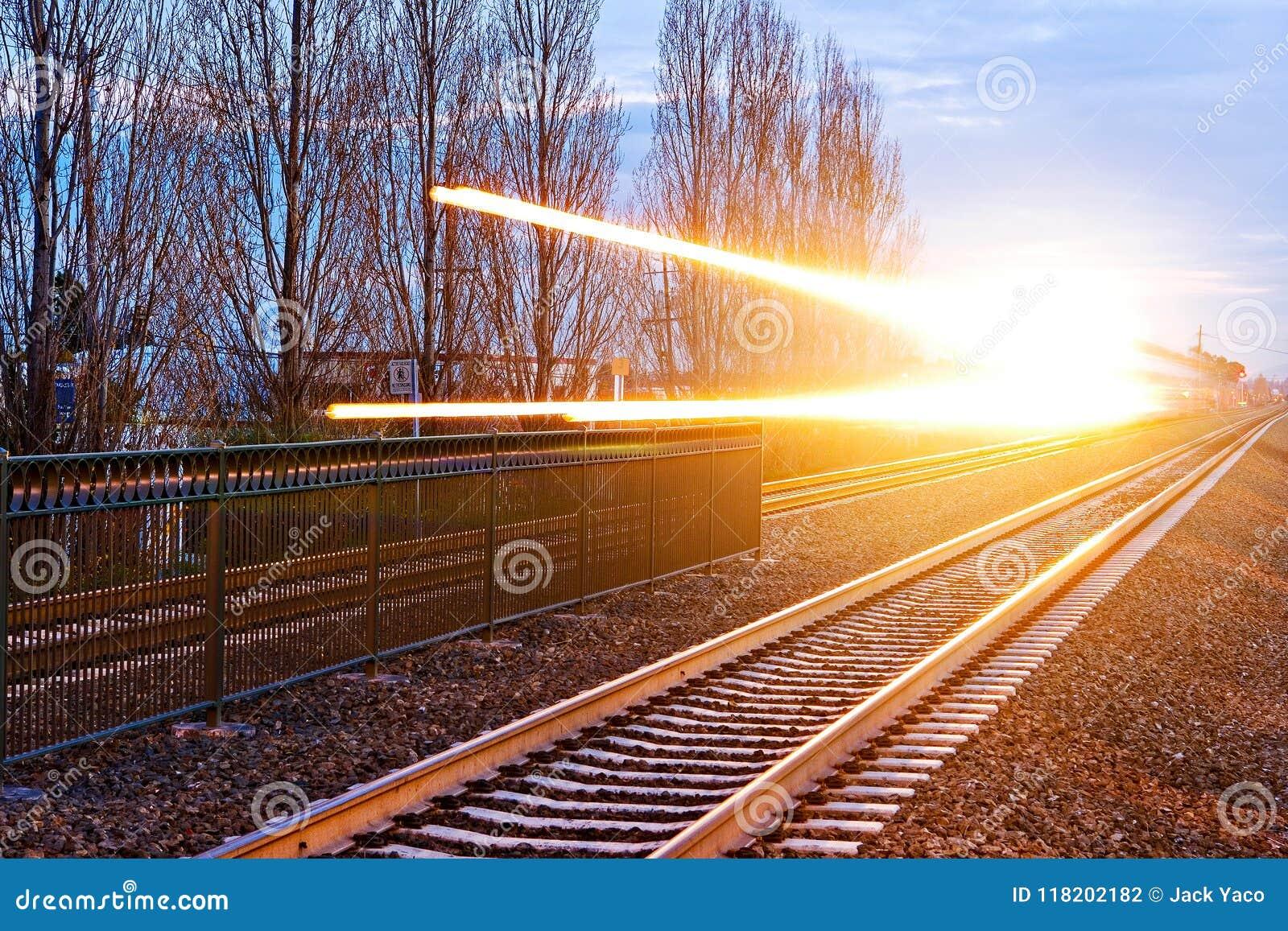 Train expédiant avec les stries claires dramatiques