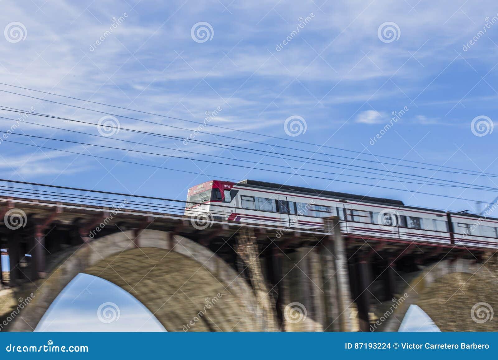 Train mobile sur un pont