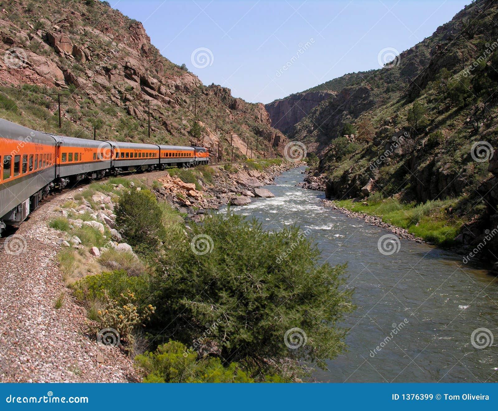 Train se déplaçant le long du fleuve.
