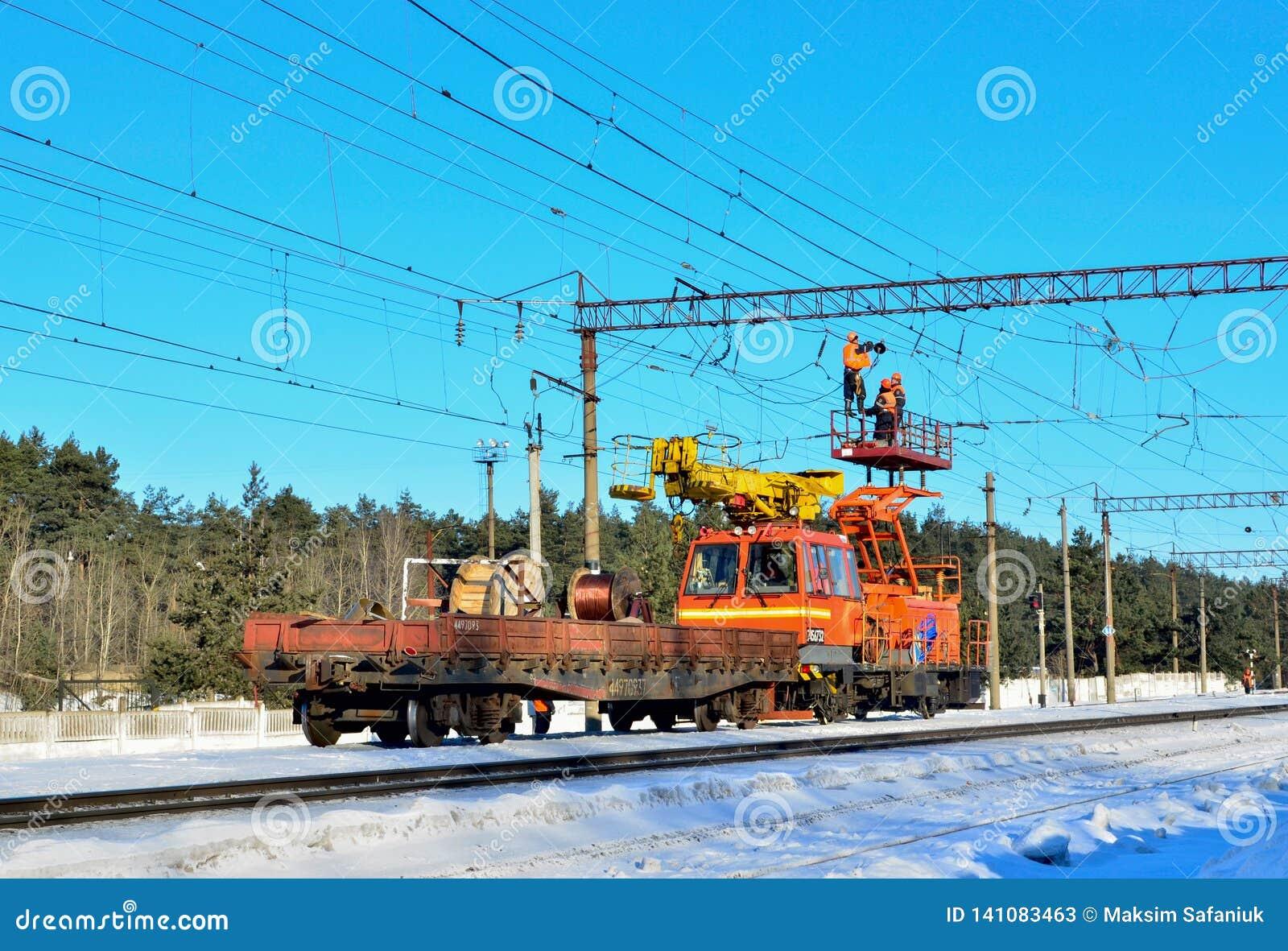Train spécial avec une grue de débarquement pour le service et la réparation des réseaux électriques sur le chemin de fer