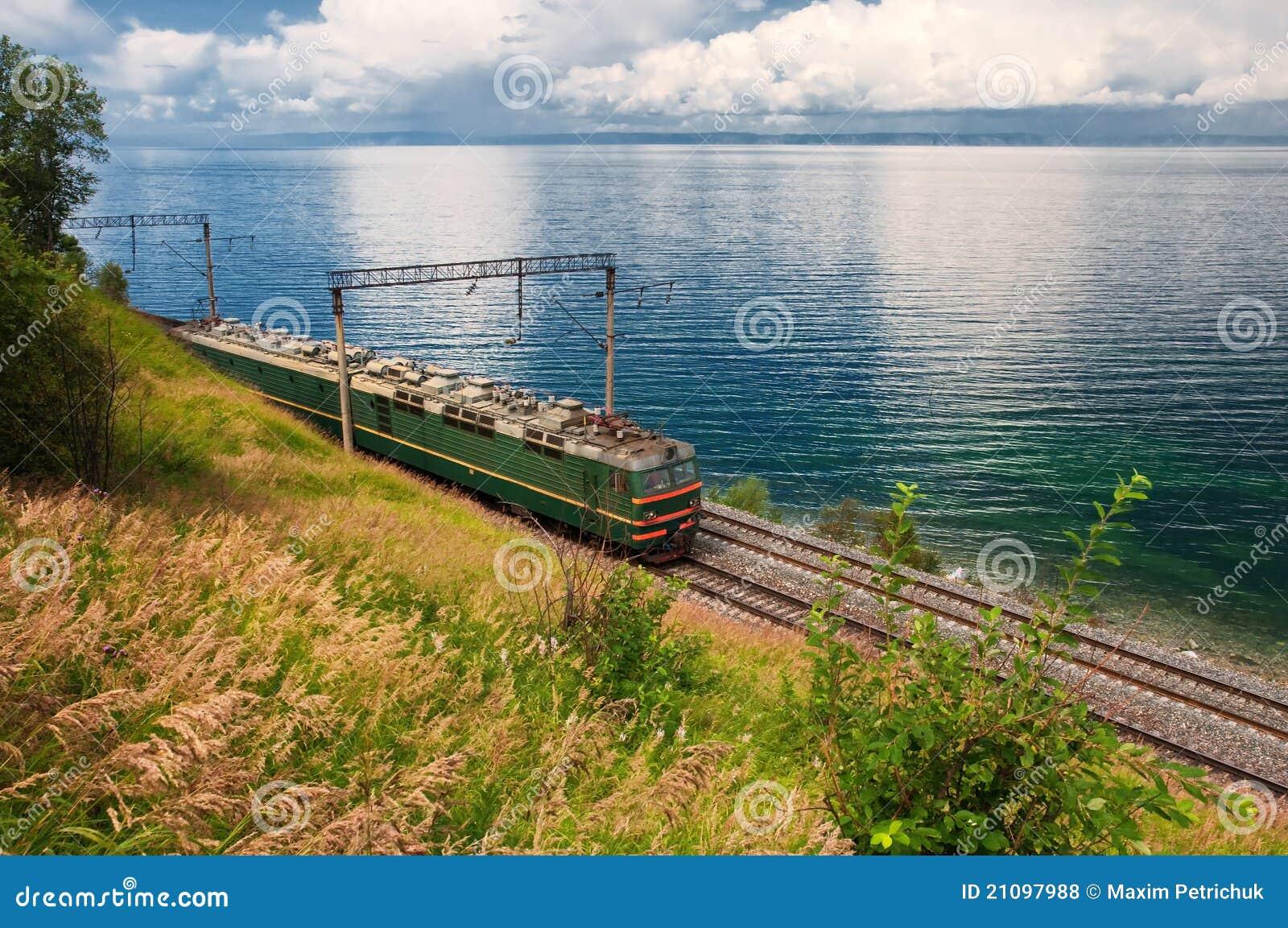 Train sur le chemin de fer de transport Baikal