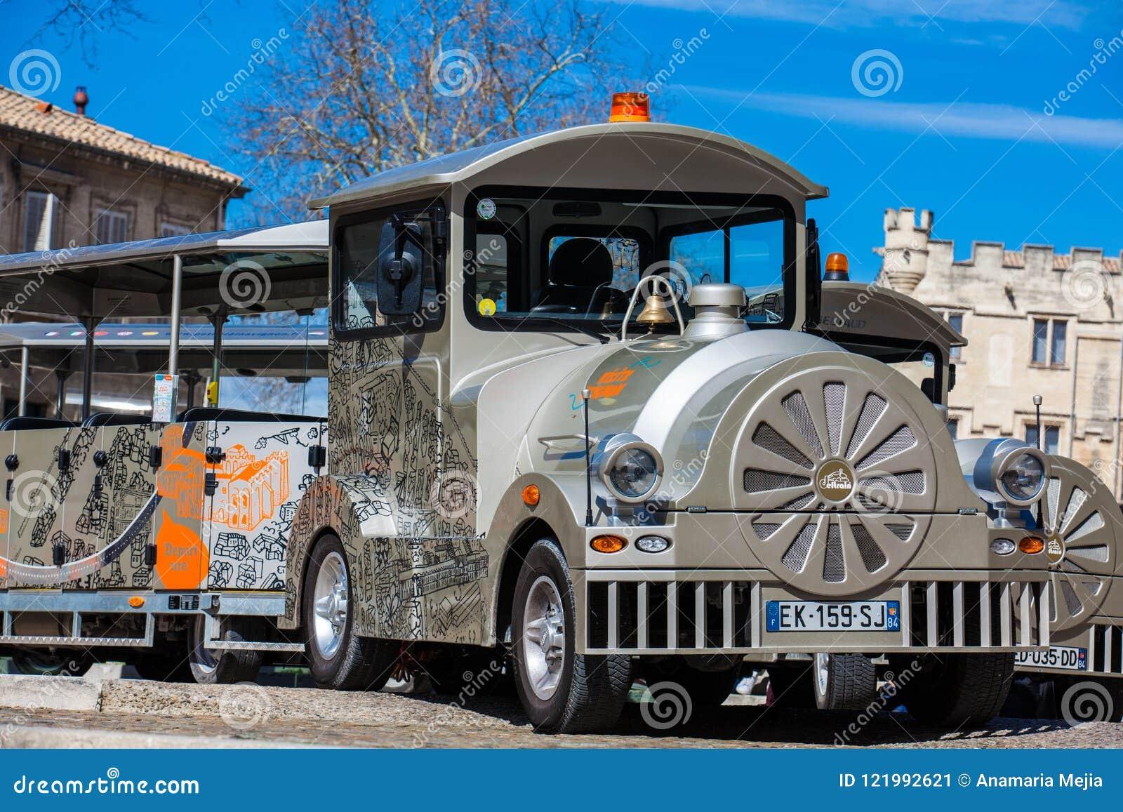 Train touristique à la place au-dessous du palais des papes à Avignon