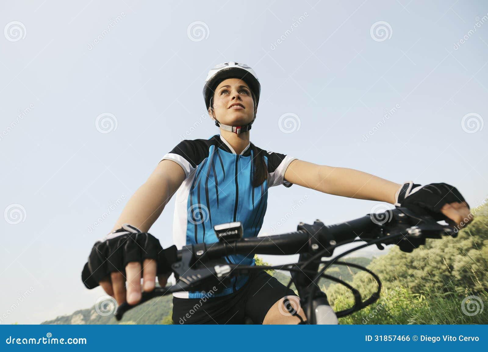 Training der jungen Frau auf Mountainbike und Radfahren in Park