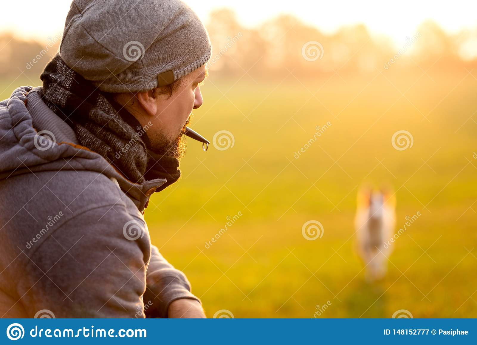 Training und Gehorsam mit einer Hundepfeife, Mann ist-, sein Haustier zurückzurufen