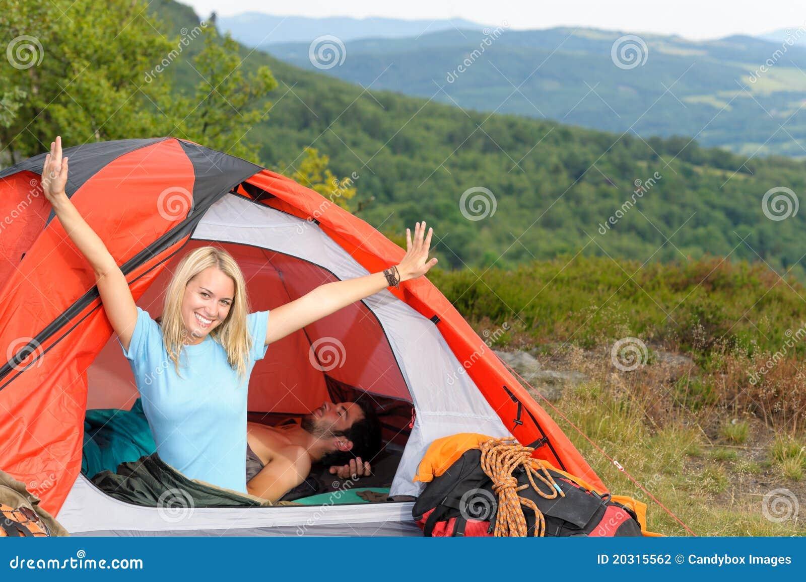 Trains s élevants campants de jeune de couples tente de coucher du soleil