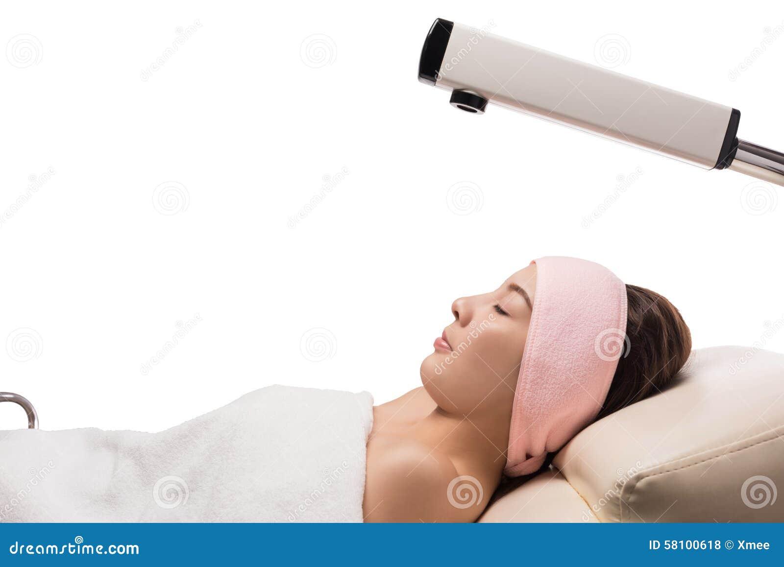 Traitement de beauté de peau de visage avec le vapeur facial de l ozone dans la station thermale, traitement à la vapeur facial