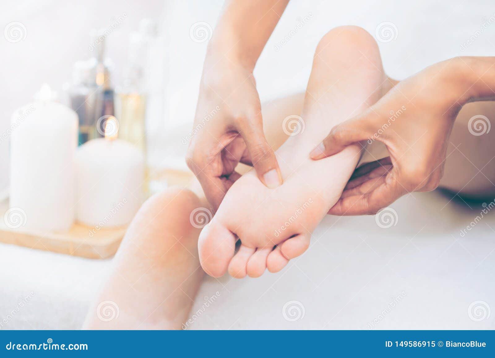 Traitement de massage de station thermale de pied dans la station thermale de luxe