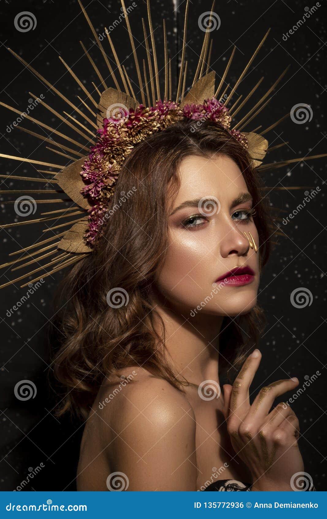 Traje creativo de Halloween y componer en una mujer morena hermosa Mirada triste, enojada en su cara Concepto del arte de un tiro
