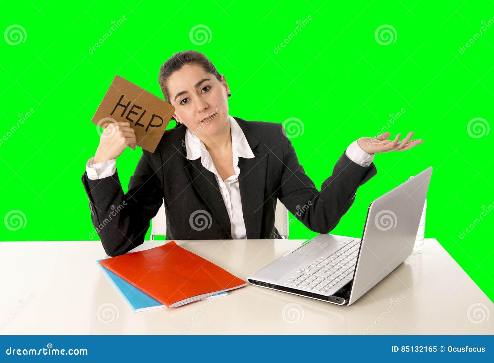 Traje de negocios que lleva de la empresaria que trabaja en llave de la croma del verde del ordenador portátil