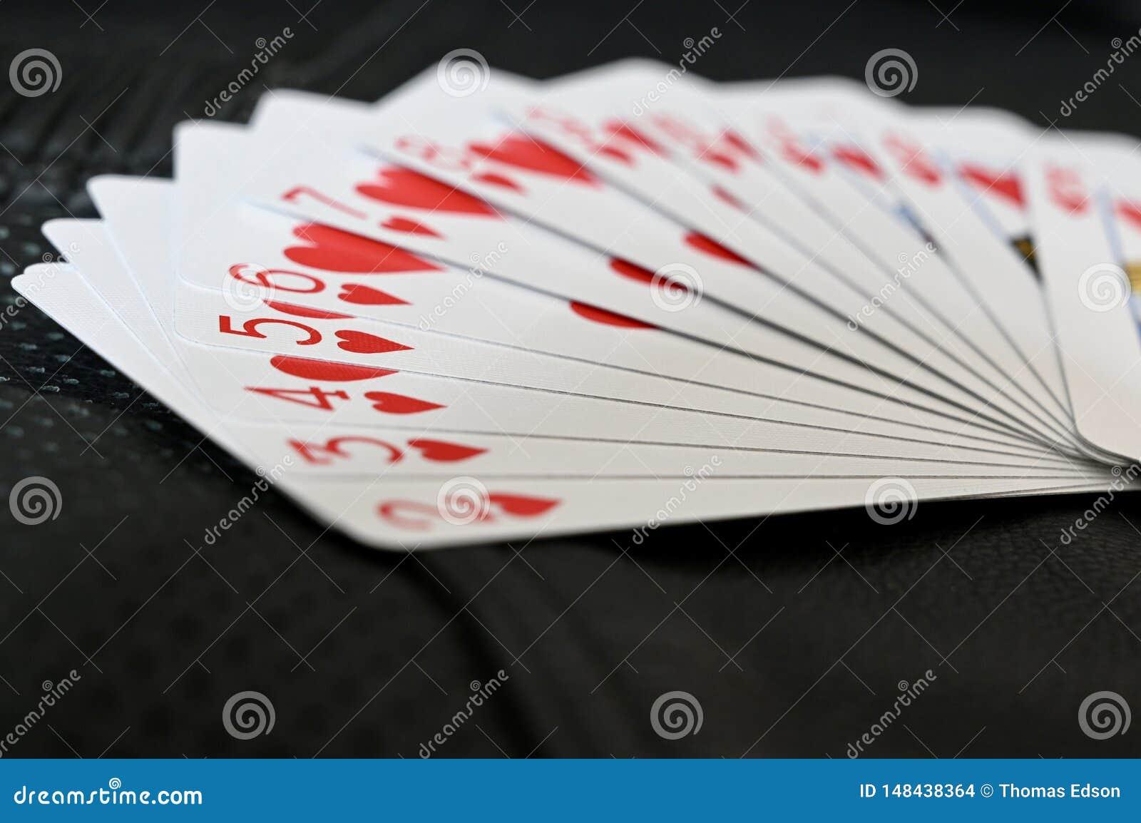 Traje del corazón de tarjetas en fondo texturizado