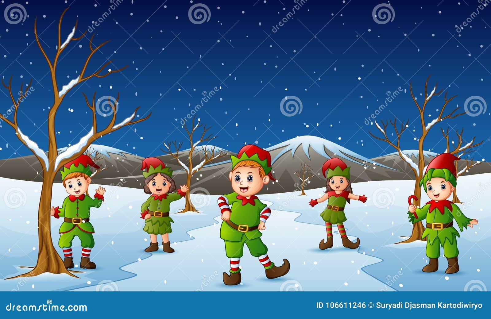 Traje del duende del niño que lleva feliz en la colina que nieva