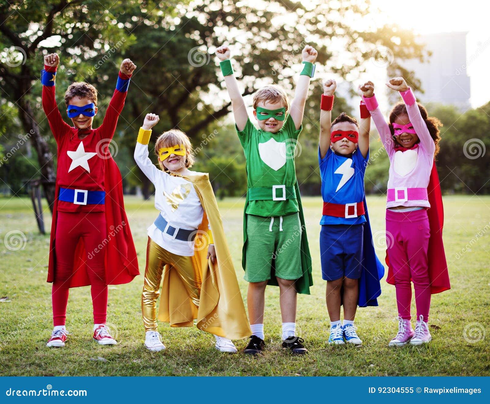 Traje del super héroe del desgaste de los niños al aire libre