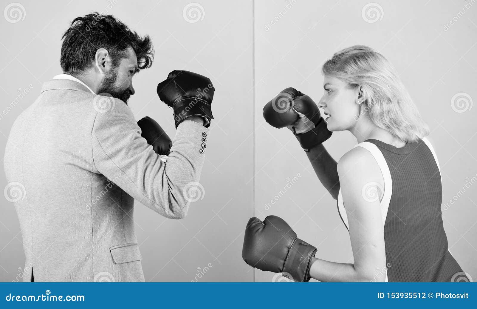 Traje formal del hombre y lucha atl?tica del boxeo de la mujer J?ntese en el amor que compite en el boxeo Boxeadores de sexo feme