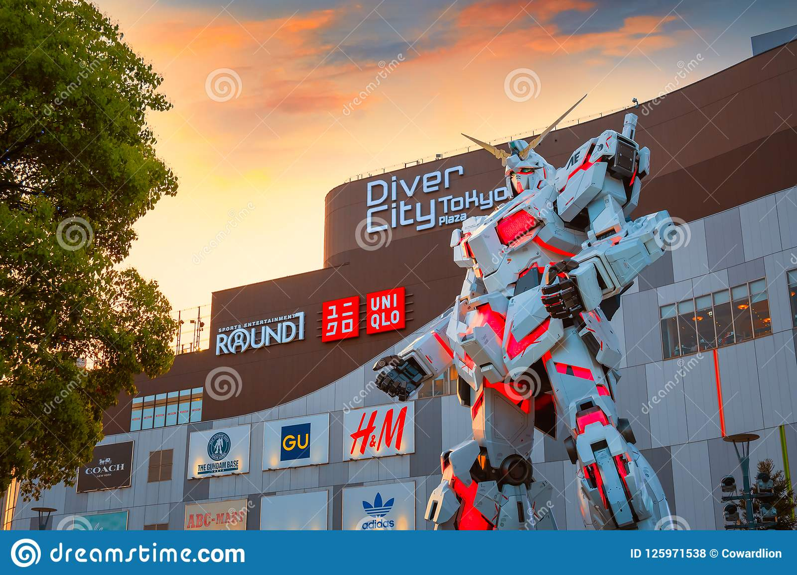 Traje móvil del mismo tamaño RX-0 Unicorn Gundam en el buceador City Tokyo Plaza en Tokio, Japón