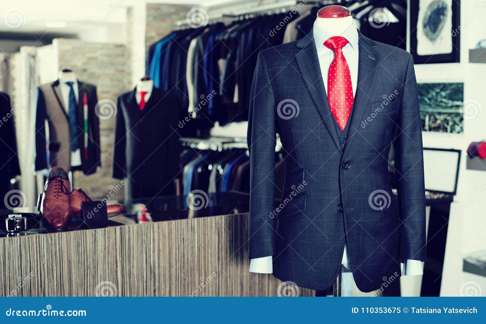 eb87f0c67dd61 Traje masculino elegante en un maniquí en tienda de ropa de los hombres jpg  1300x885 Tienda