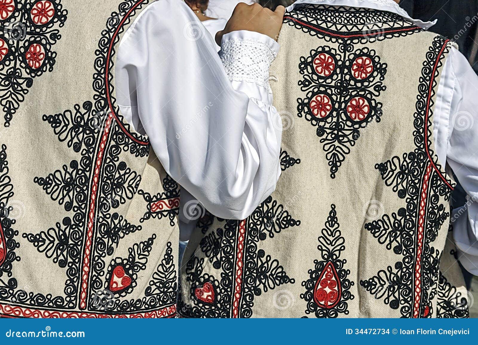 Traje popular rumano tradicional. Detalle 32