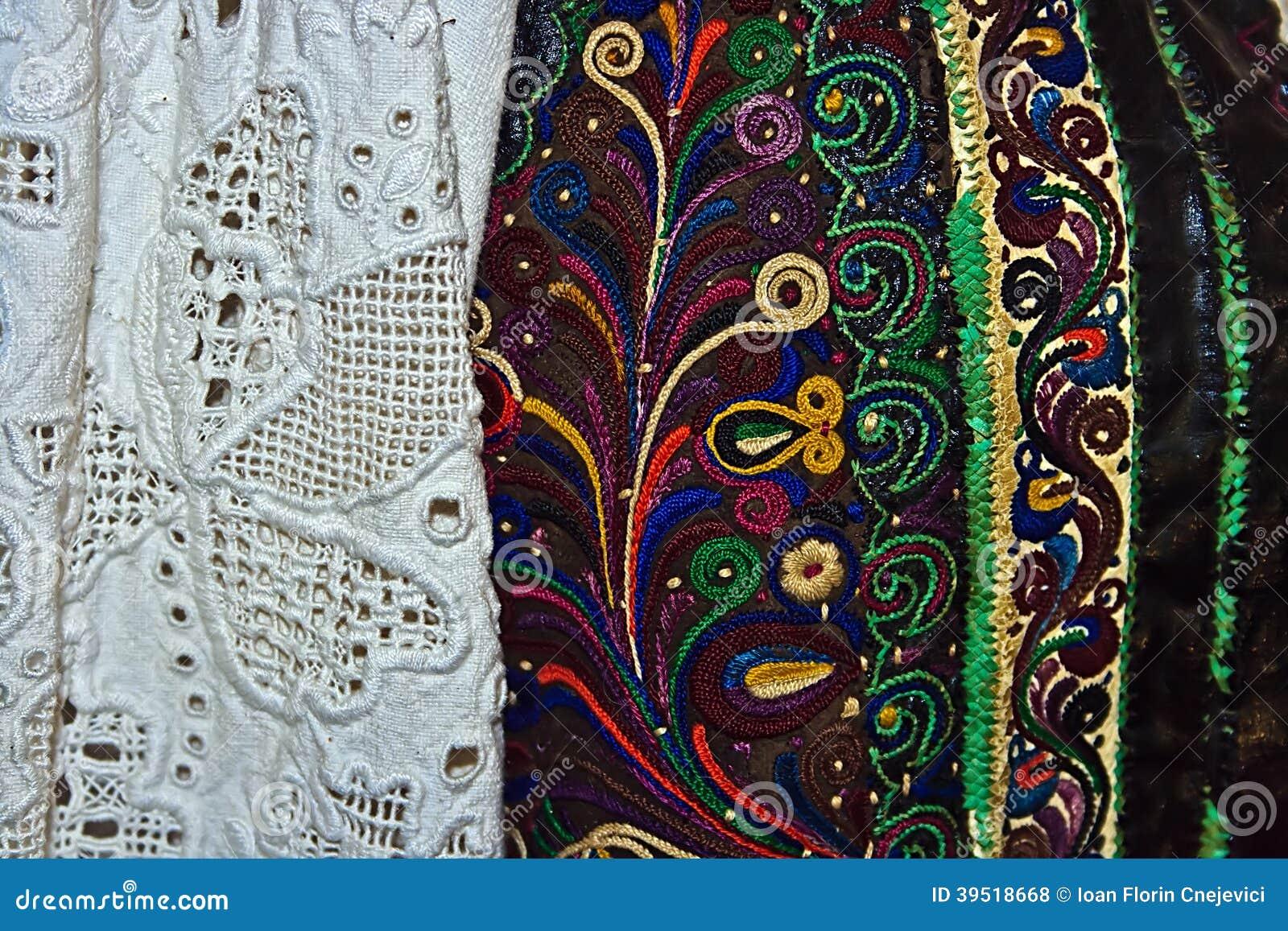 Traje popular rumano tradicional. Detalle 15