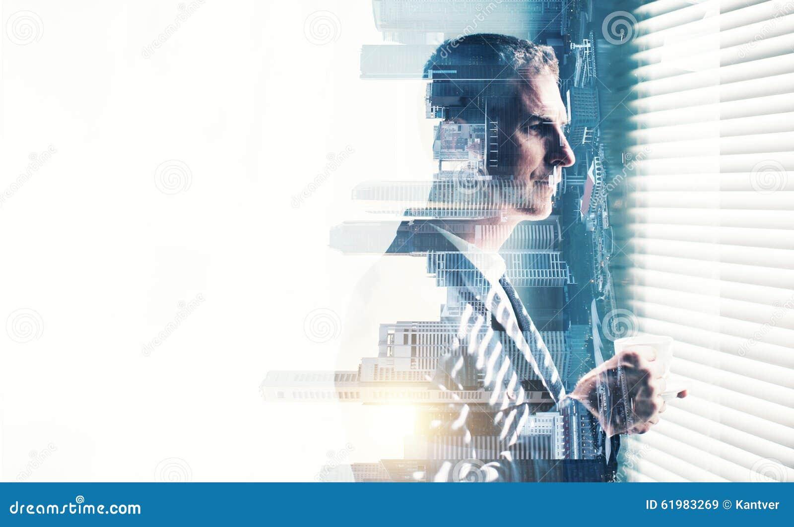 Traje que lleva del hombre de negocios y mirada de la ventana