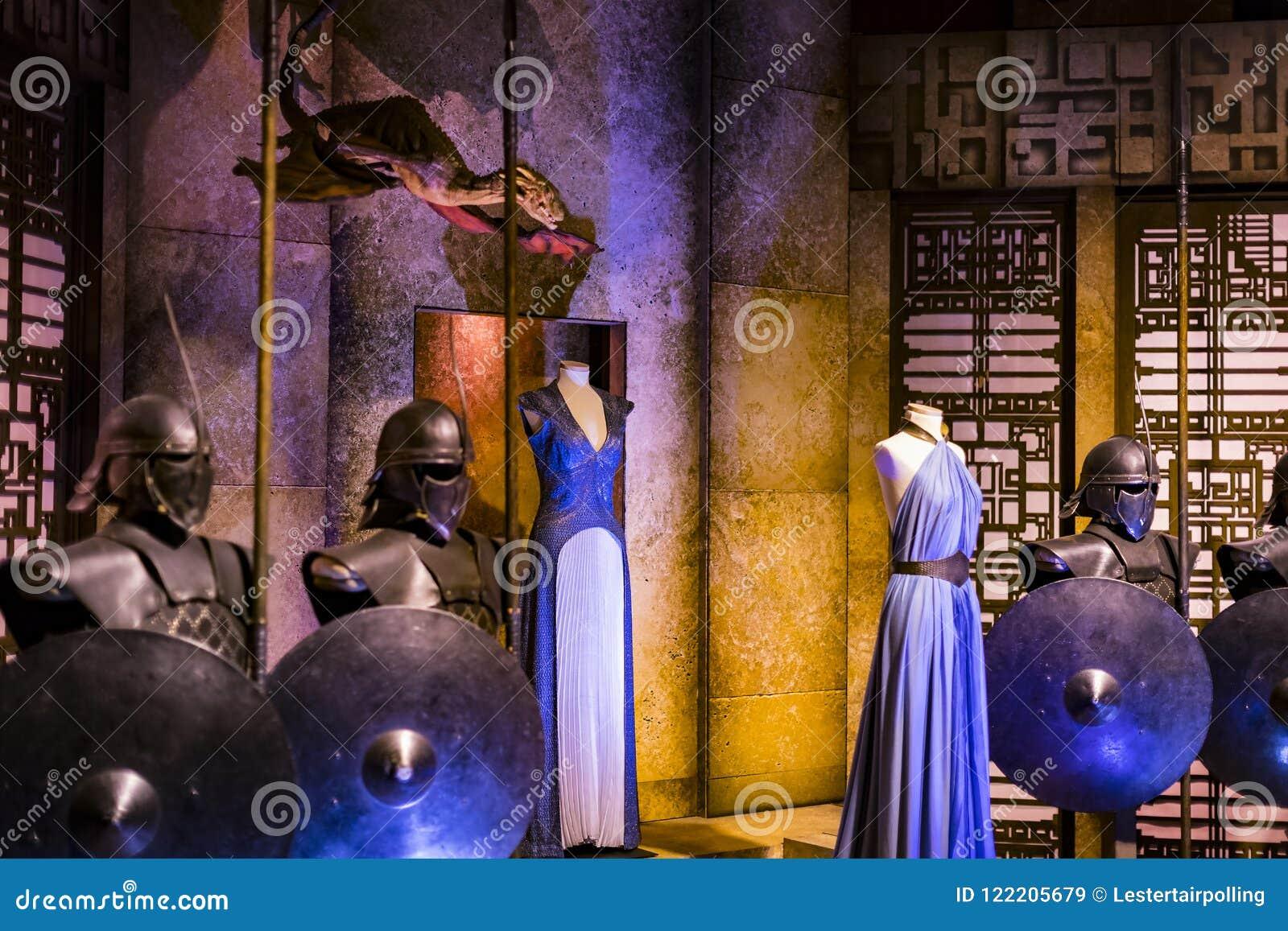 Trajes originais dos atores e dos suportes do ` The Game do filme do ` dos tronos nos locais do museu marítimo de Barcelona