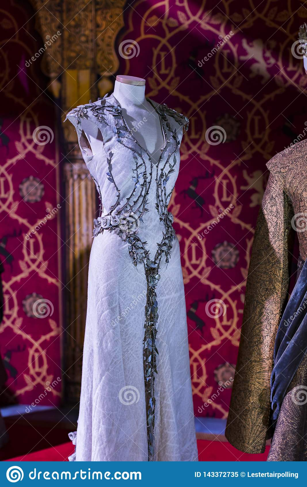 Trajes originais dos atores e dos suportes do ` The Game do filme do ` dos tronos nos locais do museu marítimo de Barcelona