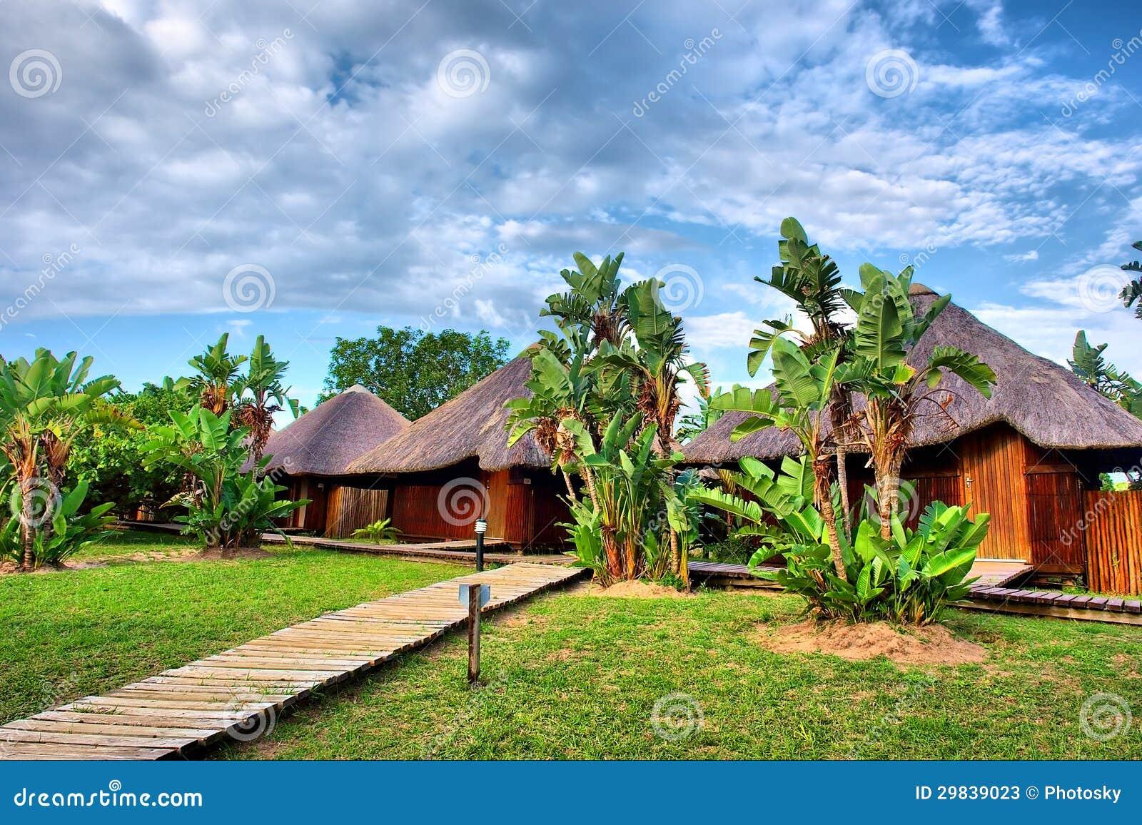 Trajeto aos chalés africanos de madeira