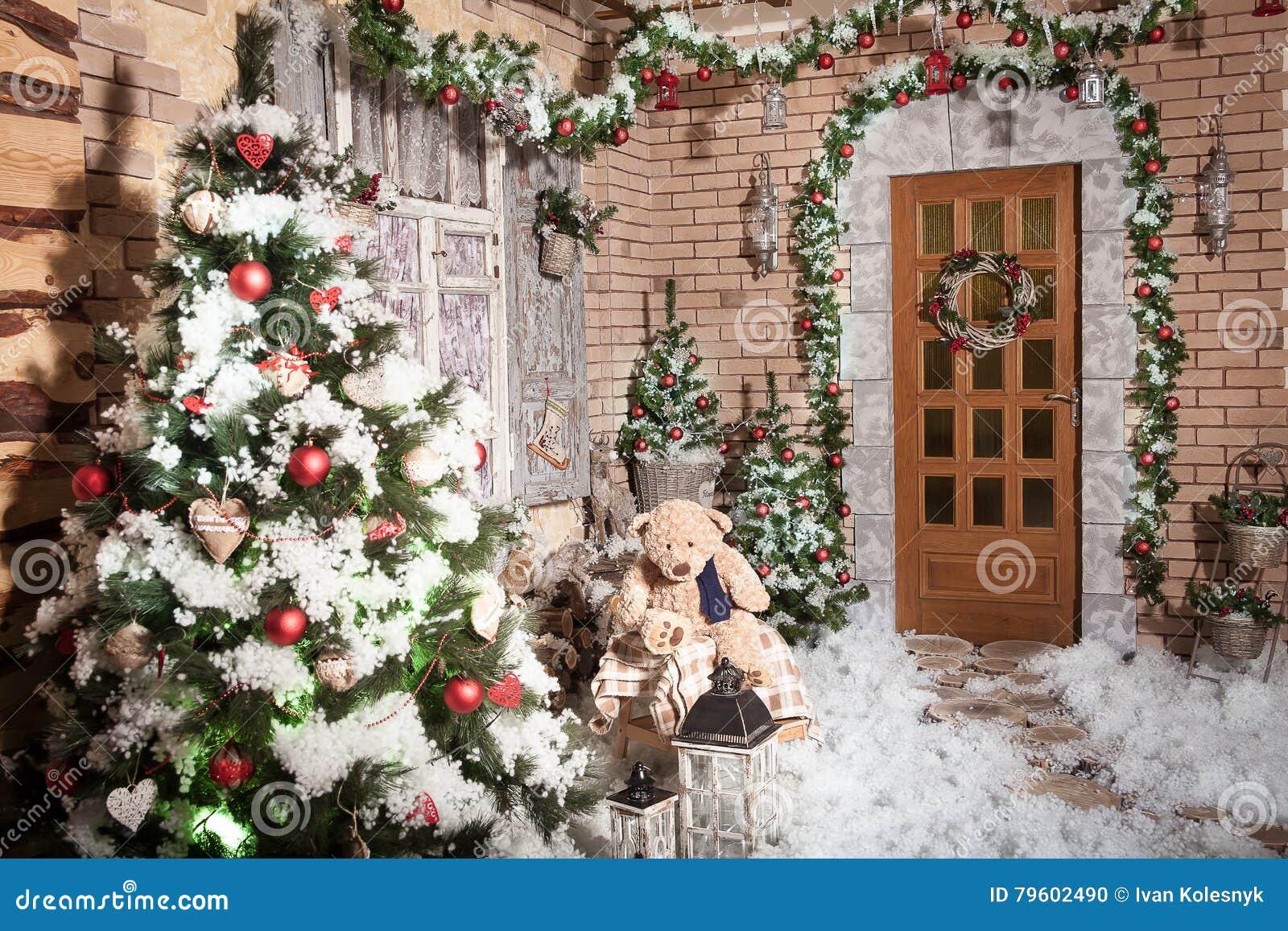 Trajeto dos cotoes que conduz à porta da casa do inverno com grinalda do Natal