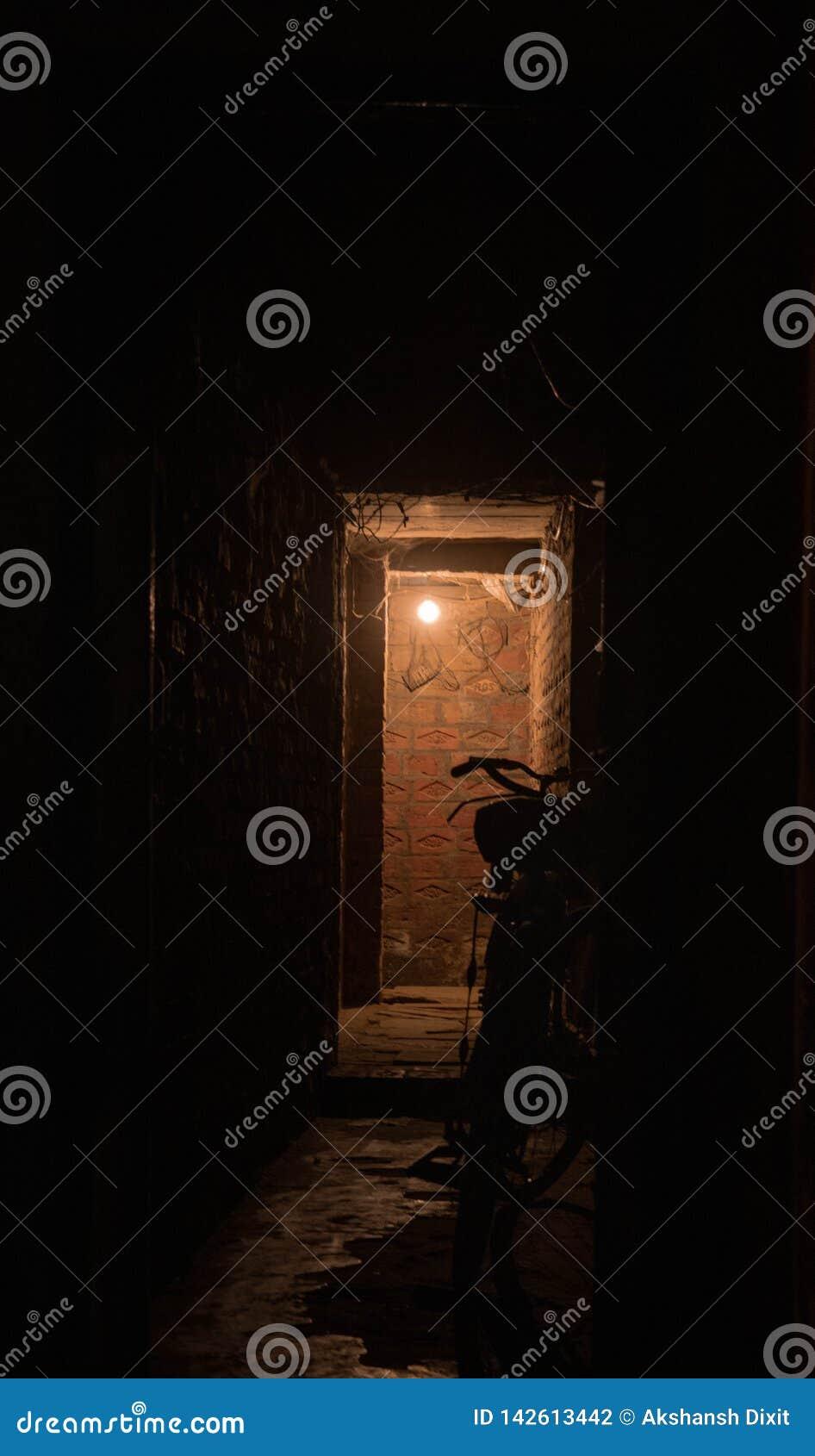Trajeto escuro iluminado pela única lâmpada