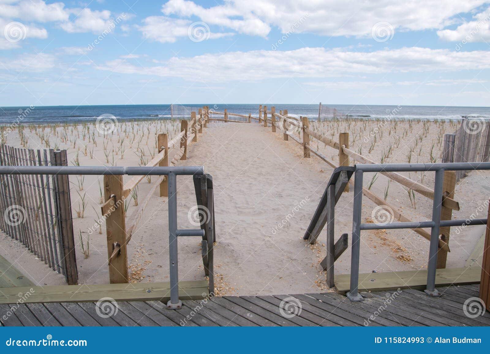 Trajeto na praia ao oceano