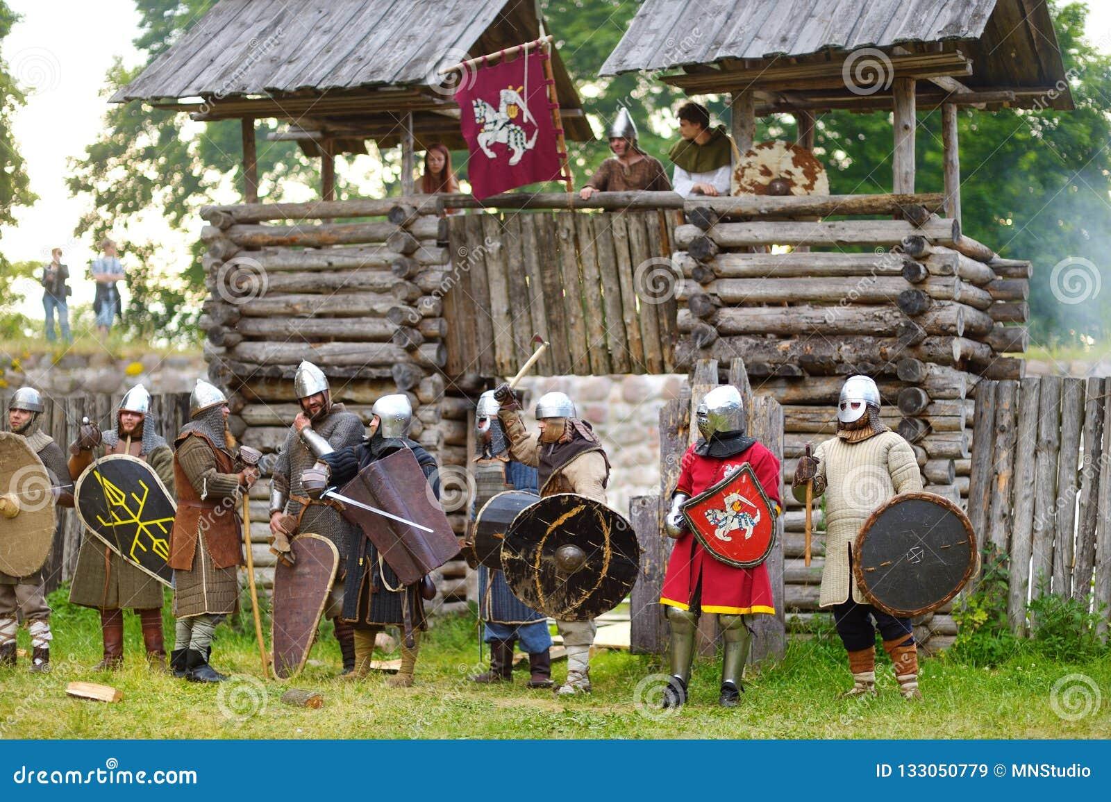 TRAKAI, LITHUANIE - 16 JUIN 2018 : Costumes de port de chevalier de personnes pendant la reconstitution historique sur le festiva