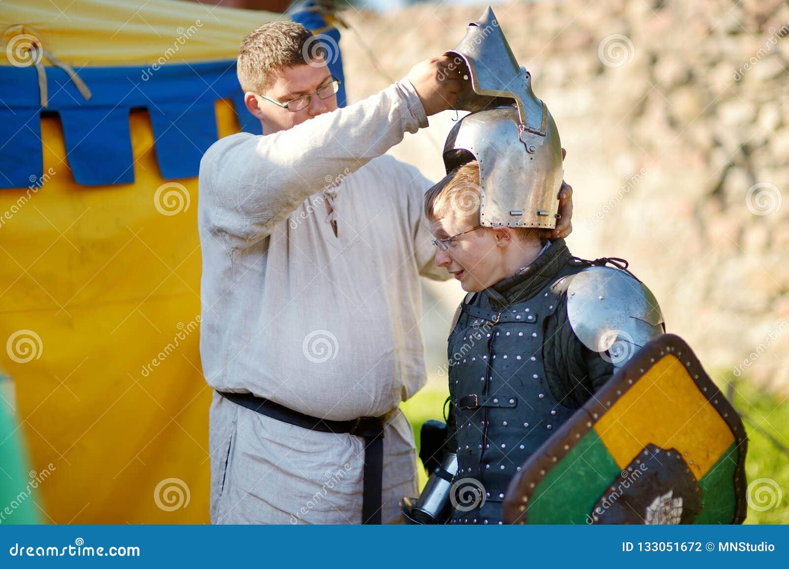 TRAKAI, LITUÂNIA - 16 DE JUNHO DE 2018: Ativistas históricos do reenactment que vestem trajes medievais durante o festival mediev