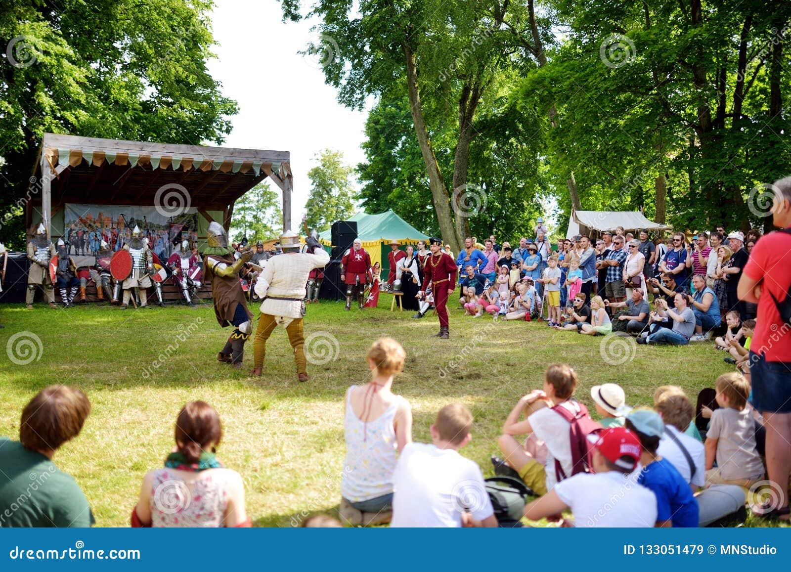 TRAKAI, LITUÂNIA - 16 DE JUNHO DE 2018: Os trajes vestindo do cavaleiro dos povos lutam durante o reenactment histórico no festiv