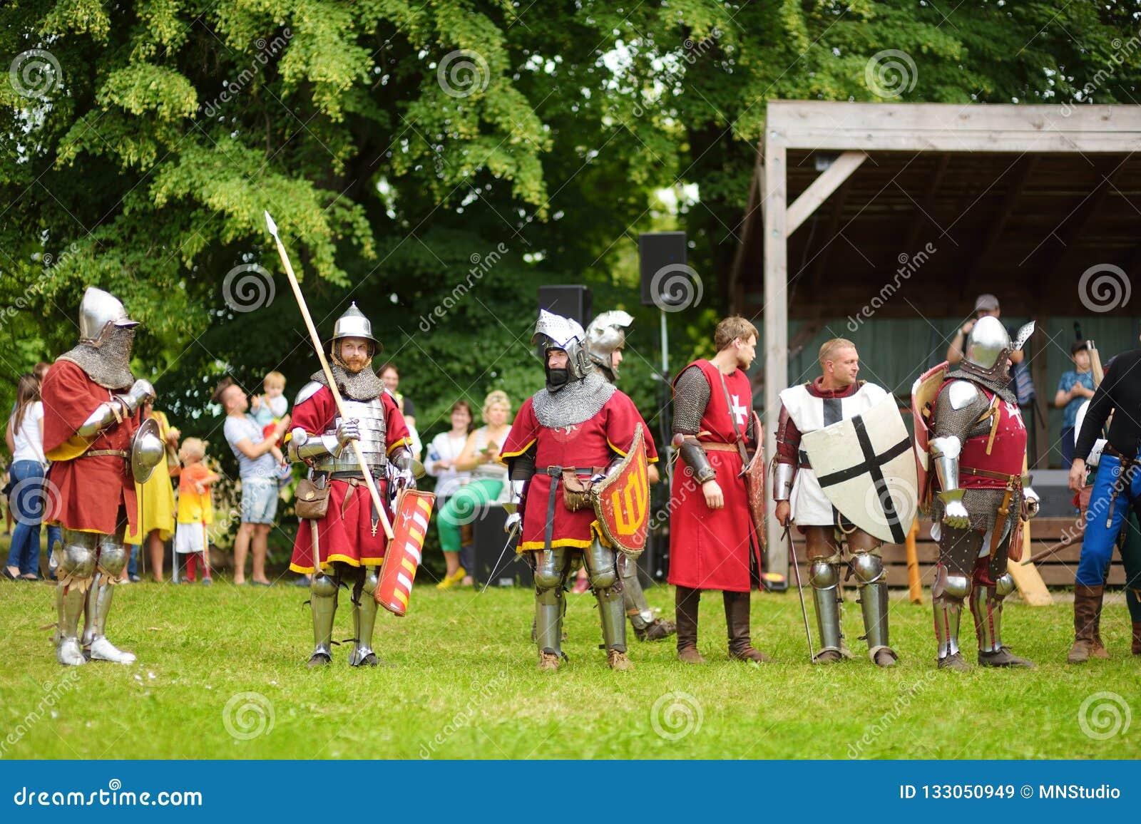 TRAKAI, LITUÂNIA - 16 DE JUNHO DE 2018: Trajes vestindo do cavaleiro dos povos durante o reenactment histórico no festival mediev