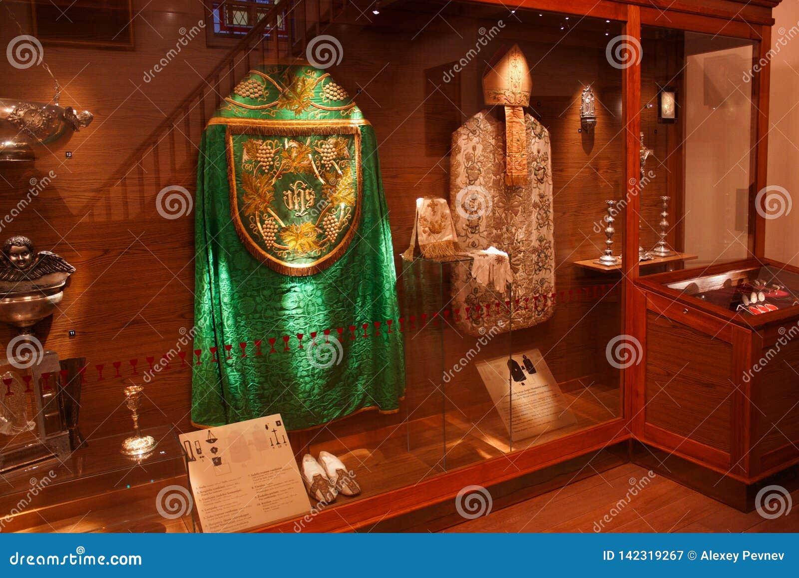 TRAKAI, LITUANIA - 2 DE ENERO DE 2013: Vestiduras históricas de sacerdotes católicos en museo del arte sagrado