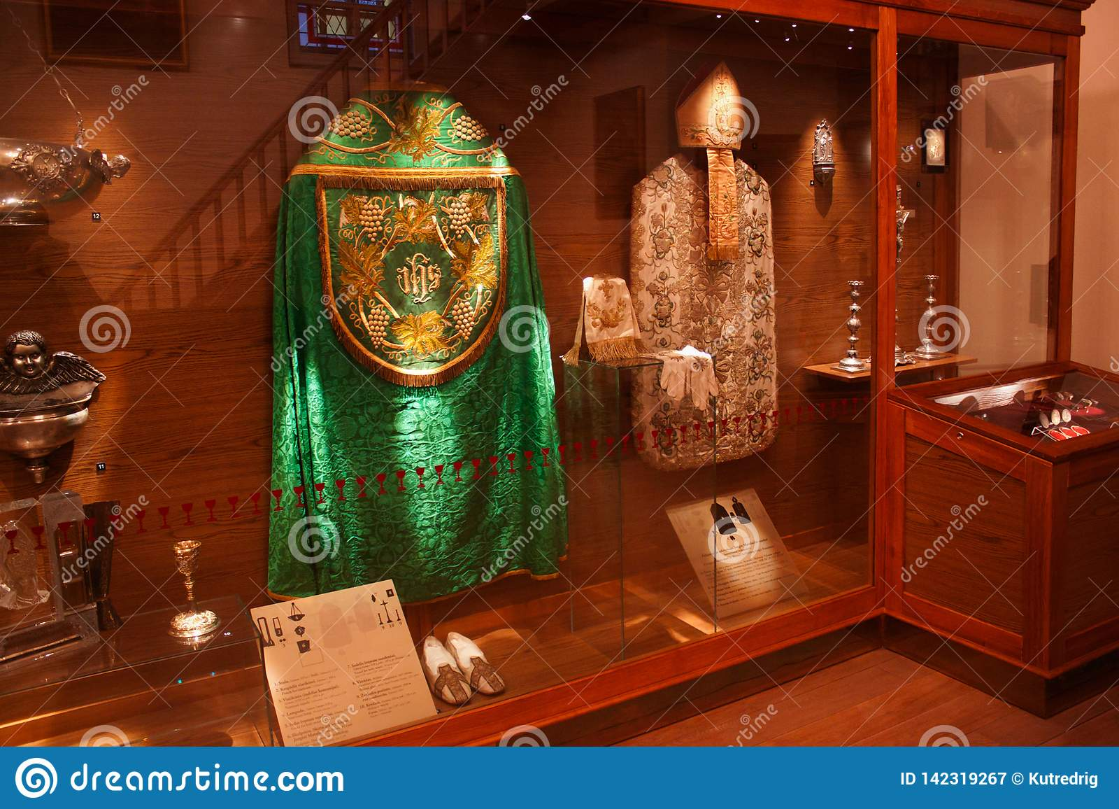 TRAKAI, LITUANIA - 2 GENNAIO 2013: Abiti da cerimonia storici dei preti cattolici in museo di arte sacra