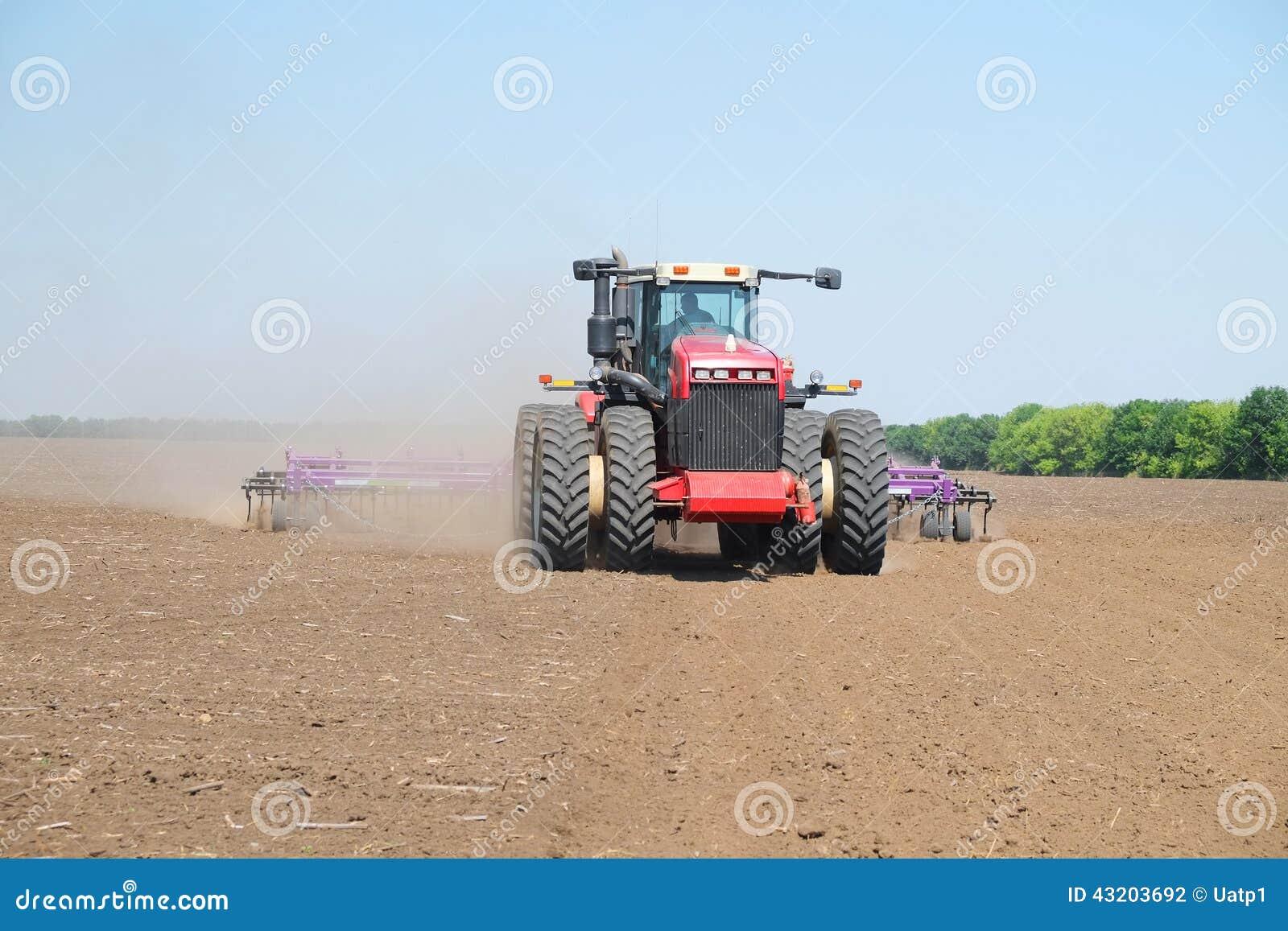 Download Traktor med en plog arkivfoto. Bild av industri, modernt - 43203692