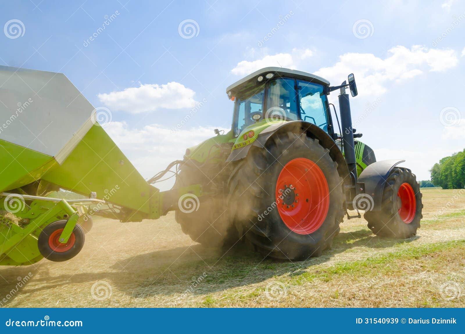 Traktor mit Ballenpresse stockbild. Bild von grün, landwirt - 31540939