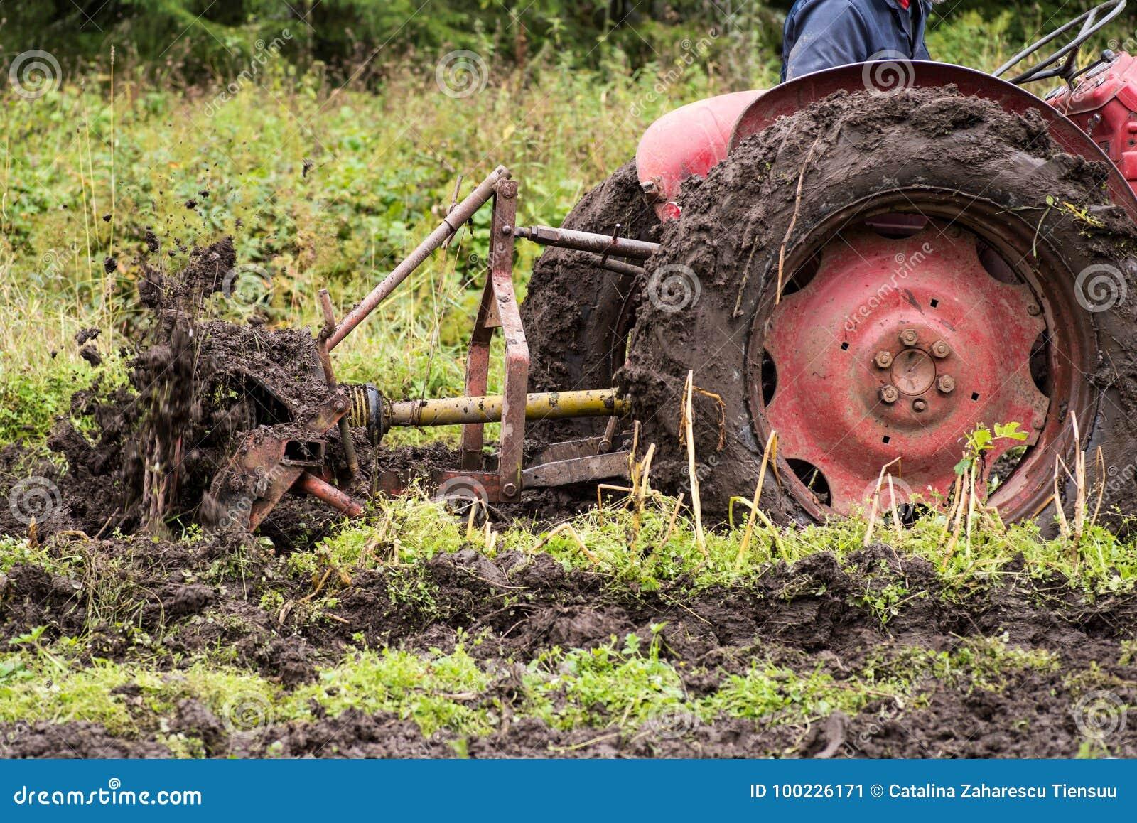 Traktor som klibbas i gyttja