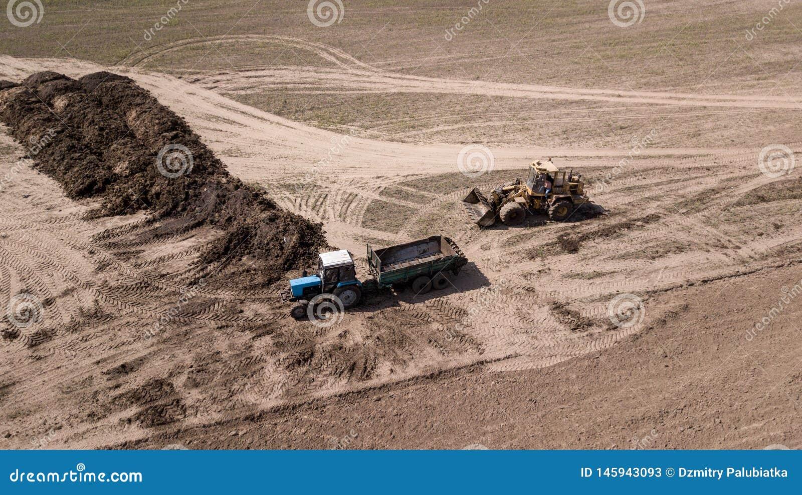Traktor som plogar den b?sta sikten f?r f?lt, flygfotografering med surret