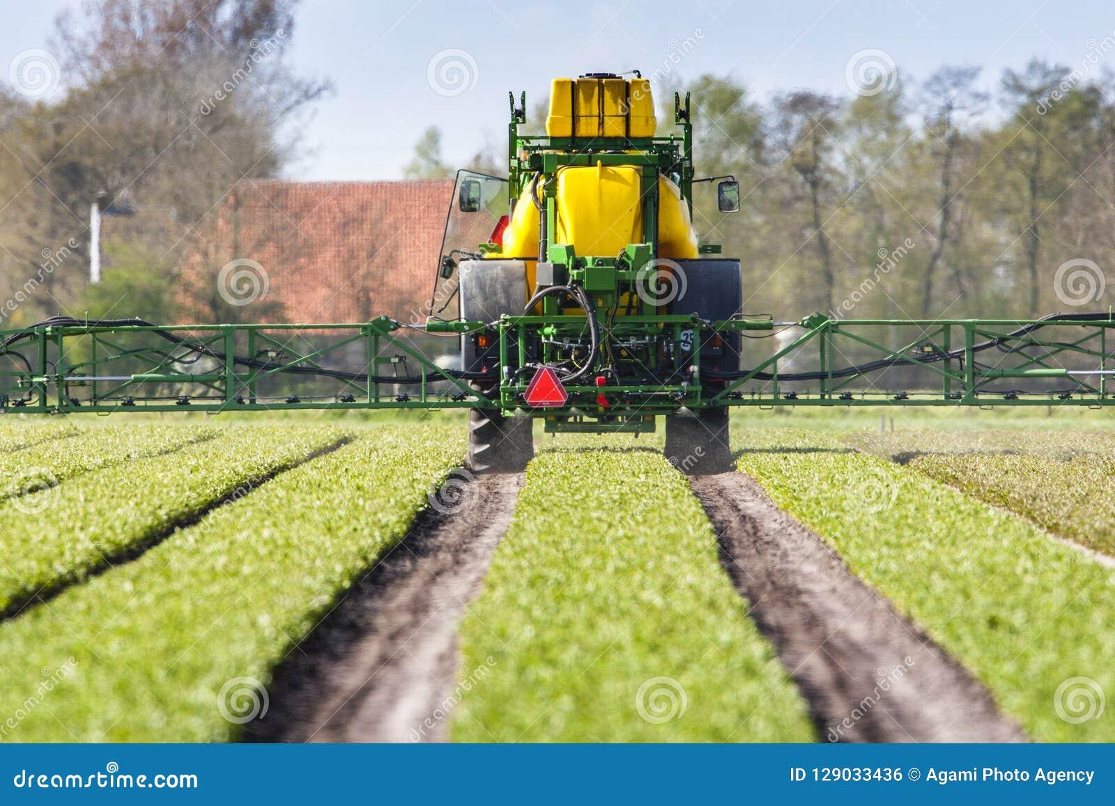 Traktoren dör landbouwgifspuit, traktoren som besprutar bekämpningsmedel
