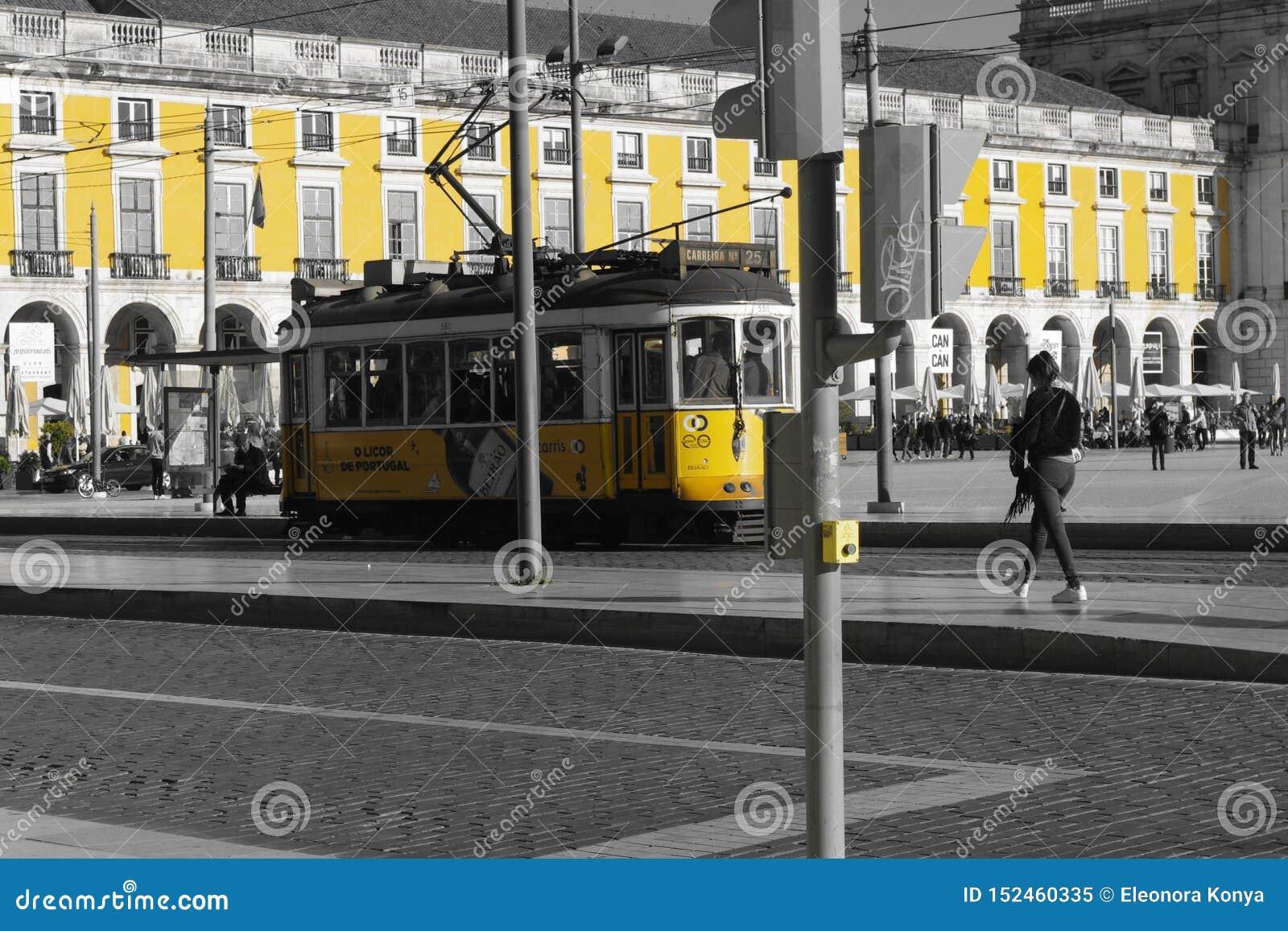 Tram&building giallo di Lisbona