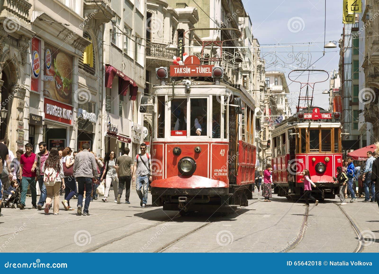 Tram de vintage sur la rue de Taksim à Istanbul, Turquie