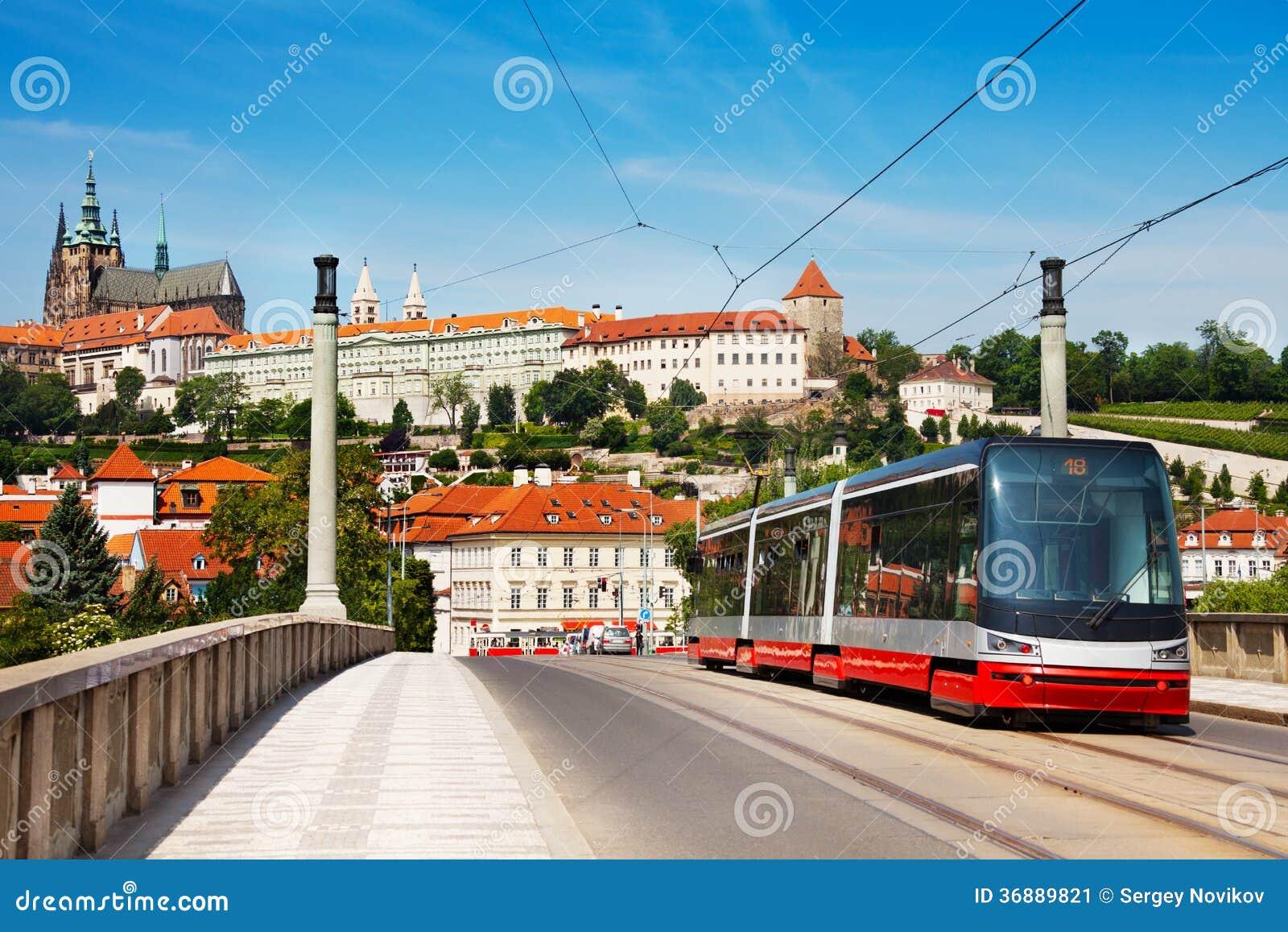 Download Tram Moderno Sul Manesuv Più Immagine Stock - Immagine di treno, trasporto: 36889821