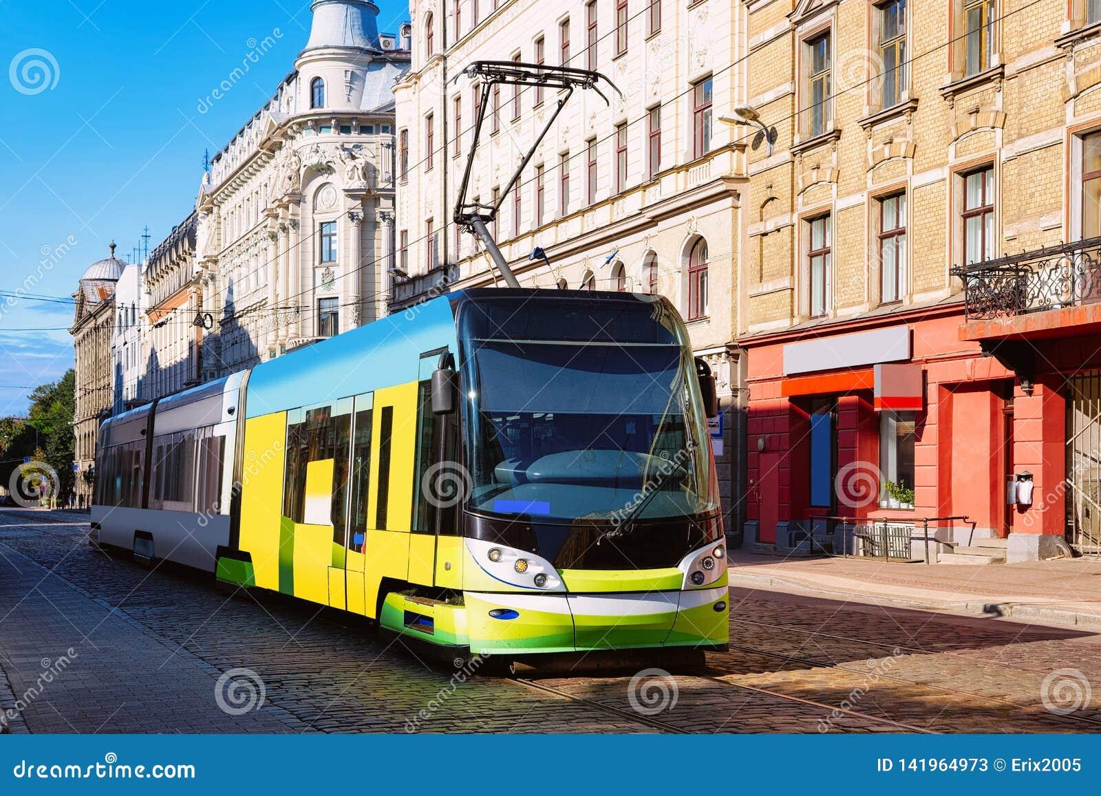 Tram in straat van Riga in Letland