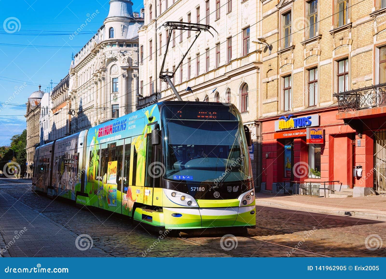 Tram in straat van Riga Letland