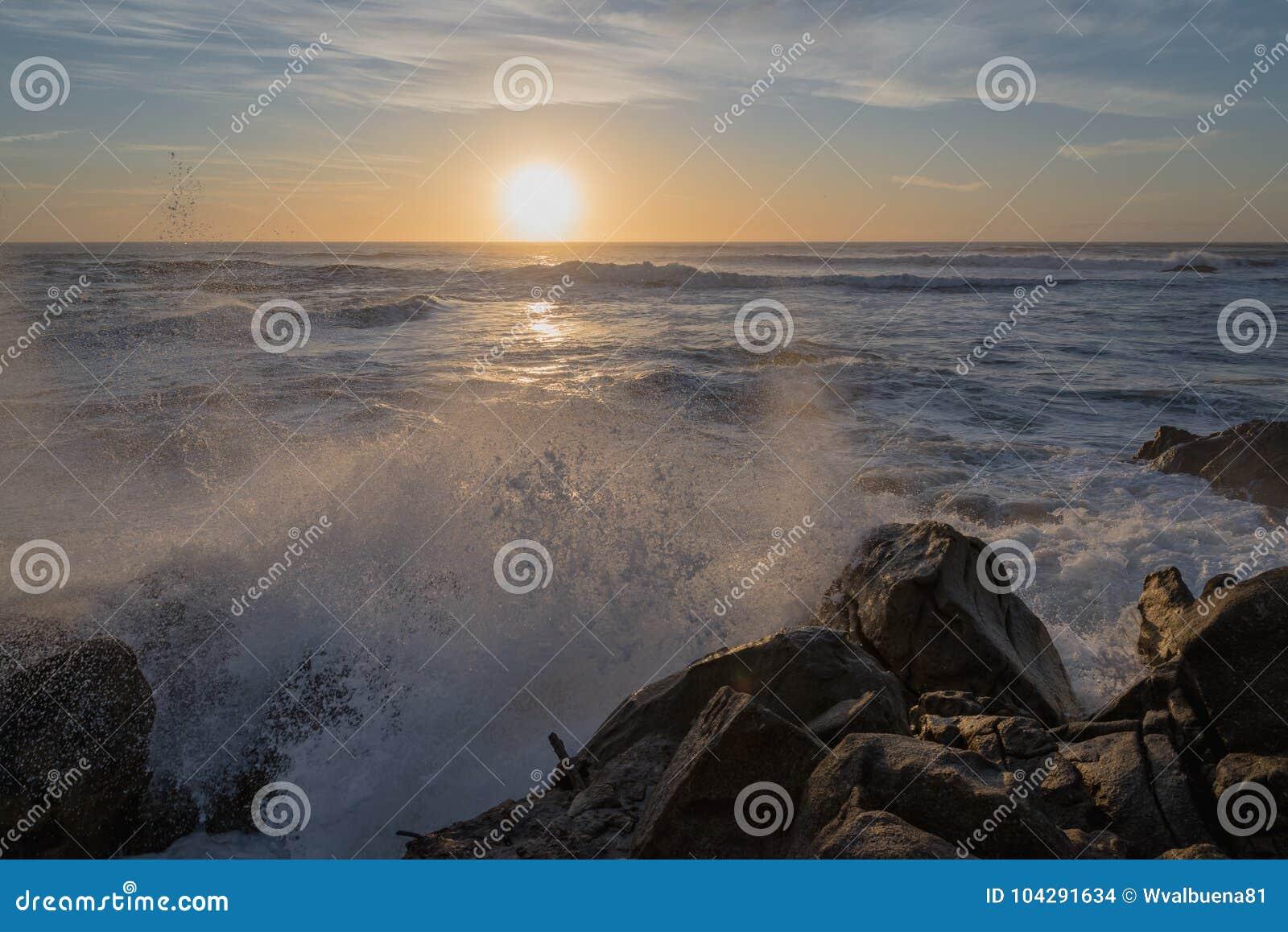 Tramonto all Oceano Atlantico nella riva del nord del Portogallo